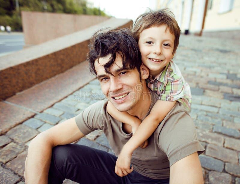 Λίγος γιος με τον πατέρα στην πόλη στοκ εικόνες