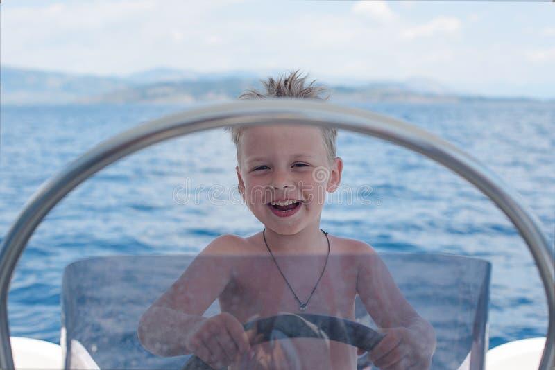 Λίγος καπετάνιος που έχει τη διασκέδαση στη βάρκα στοκ φωτογραφίες με δικαίωμα ελεύθερης χρήσης