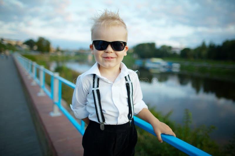 Λίγος κύριος με τα γυαλιά ηλίου υπαίθρια στοκ φωτογραφία με δικαίωμα ελεύθερης χρήσης