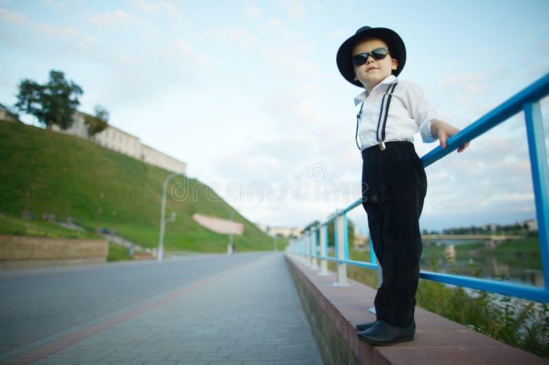 Λίγος κύριος με τα γυαλιά ηλίου υπαίθρια στοκ εικόνες με δικαίωμα ελεύθερης χρήσης