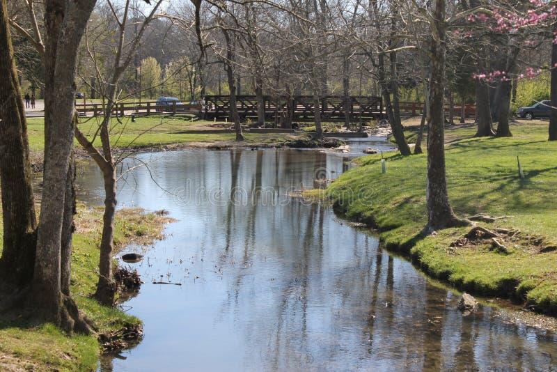 Λίγος ποταμός και ηλιόλουστη ημέρα που απολαμβάνουν στο πάρκο στοκ φωτογραφία με δικαίωμα ελεύθερης χρήσης