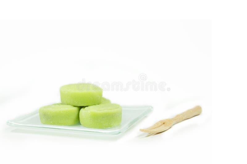 Λίγο δέρμα χιονιού mooncake στο πιάτο και το ξύλινο δίκρανο στο άσπρο backg στοκ φωτογραφία