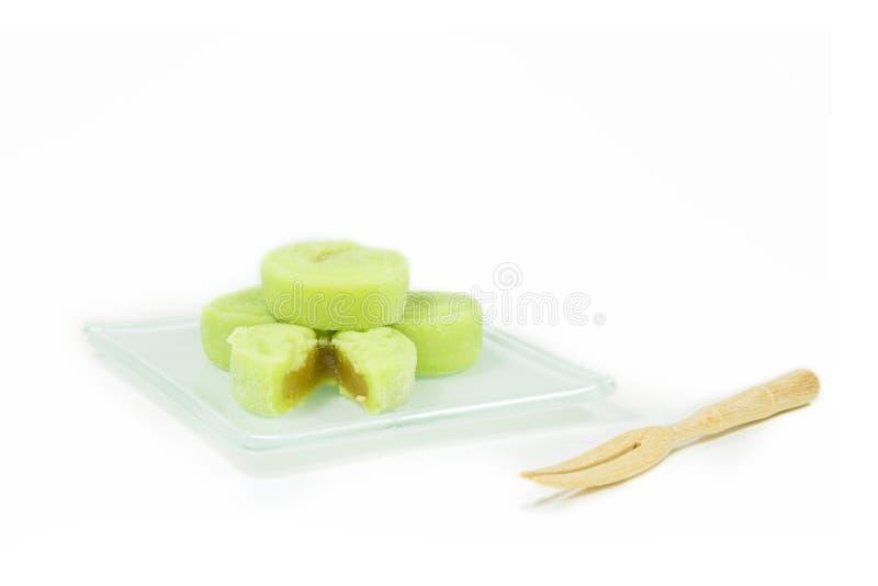 Λίγο δέρμα χιονιού mooncake στο πιάτο και το ξύλινο δίκρανο στο άσπρο backg στοκ εικόνες