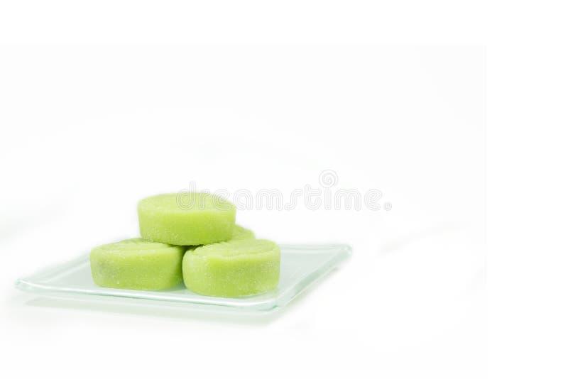 Λίγο δέρμα χιονιού mooncake στο πιάτο στο άσπρο υπόβαθρο στοκ φωτογραφίες με δικαίωμα ελεύθερης χρήσης