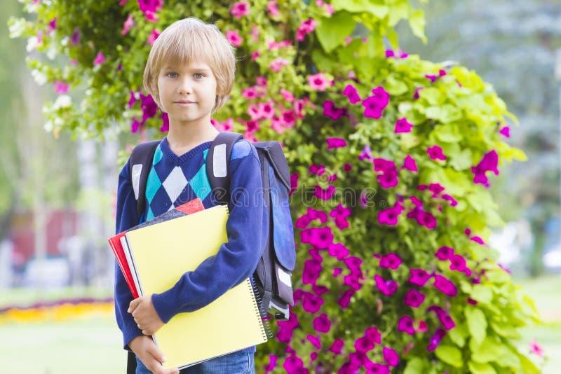 Λίγο αίσθημα μαθητών πολύ που διεγείρεται για να πάει πίσω στο σχολείο στοκ εικόνες