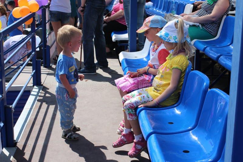 Λίγο αγοράκι ήρθε στα παιδιά στο στάδιο το καλοκαίρι στην οδό στο καλοκαίρι 2014 αθλητικού φεστιβάλ πόλεων σε Novosib στοκ εικόνες με δικαίωμα ελεύθερης χρήσης