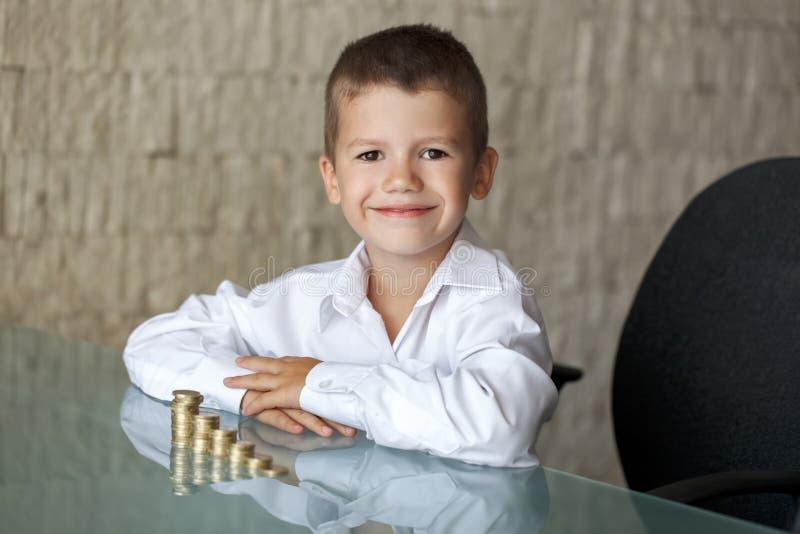 Λίγο αγόρι εκατομμυριούχων με τις ευρο- στήλες στοκ εικόνες