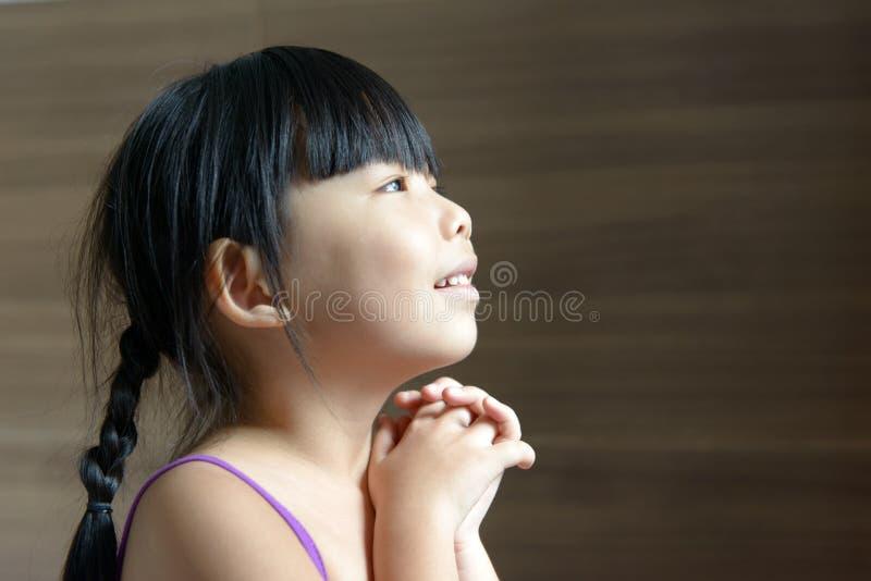Λίγο ασιατικό παιδί που ανατρέχει στοκ φωτογραφία