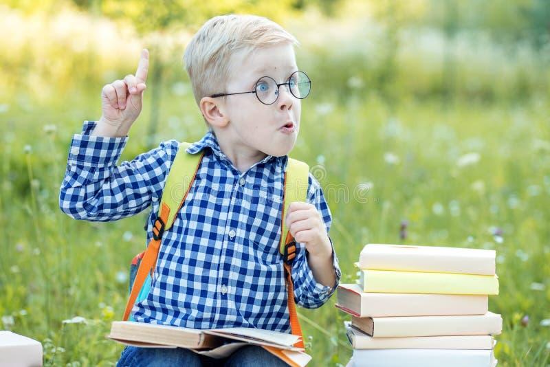 Λίγο αστείο παιδί σκέφτεται Αυτό είναι μια ιδέα Η έννοια της εκμάθησης, του σχολείου, του μυαλού, του τρόπου ζωής και της επιτυχί στοκ φωτογραφία με δικαίωμα ελεύθερης χρήσης