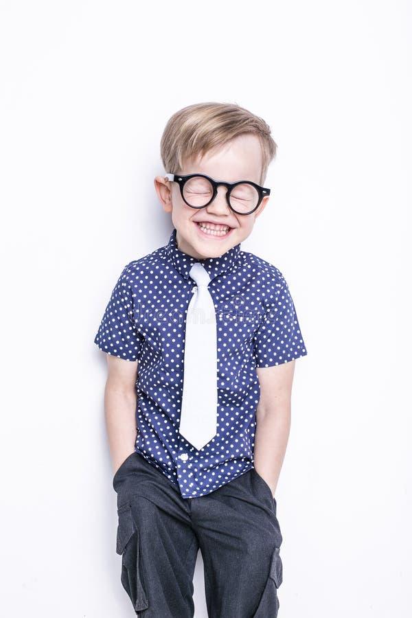 Λίγο λατρευτό παιδί στο δεσμό και τα γυαλιά σχολείο προσχολικός Μόδα Πορτρέτο στούντιο που απομονώνεται πέρα από το άσπρο υπόβαθρ στοκ φωτογραφία με δικαίωμα ελεύθερης χρήσης