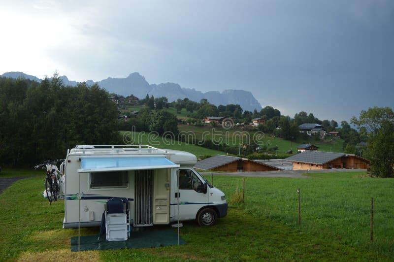 Λίγο αυτοκίνητο στρατοπέδευσης στο μικρό campingsite κατά τη διάρκεια της καταιγίδας στοκ εικόνες με δικαίωμα ελεύθερης χρήσης
