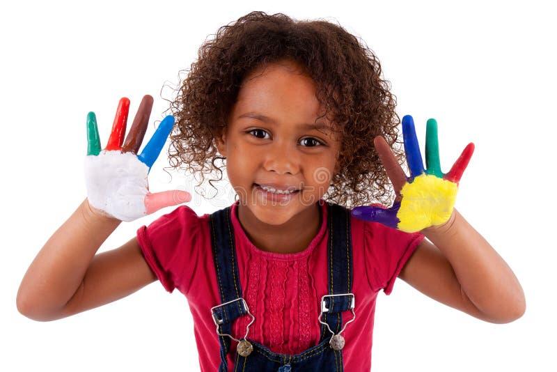 Λίγο αφρικανικό ασιατικό κορίτσι με τα χέρια που χρωματίζονται στοκ φωτογραφία με δικαίωμα ελεύθερης χρήσης