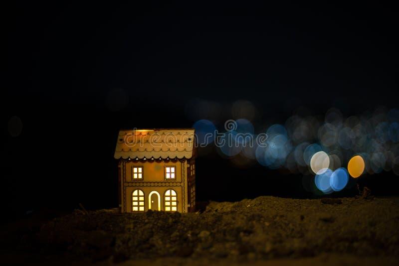 Λίγο διακοσμητικό σπίτι, όμορφη εορταστική ακόμα ζωή, χαριτωμένο μικρό σπίτι τη νύχτα, πραγματικό υπόβαθρο bokeh πόλεων νύχτας, ε στοκ εικόνα με δικαίωμα ελεύθερης χρήσης