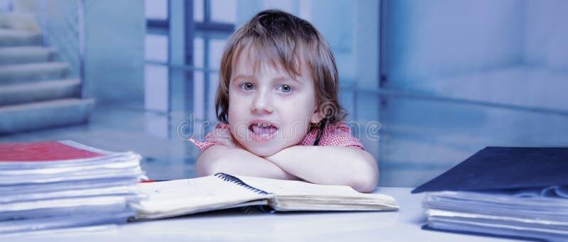 Λίγο επιχειρησιακό κορίτσι που εργάζεται σε ένα γραφείο Χιουμοριστική εικόνα Εργασία, γραφείο, επιχειρησιακή έννοια στοκ φωτογραφίες
