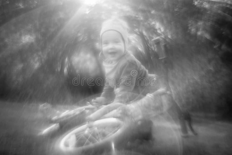 Λίγο ευτυχές χαμογελώντας παιδί αγοριών κοντά στο ποδήλατο στην ηλιόλουστη θερινή ημέρα στοκ φωτογραφίες