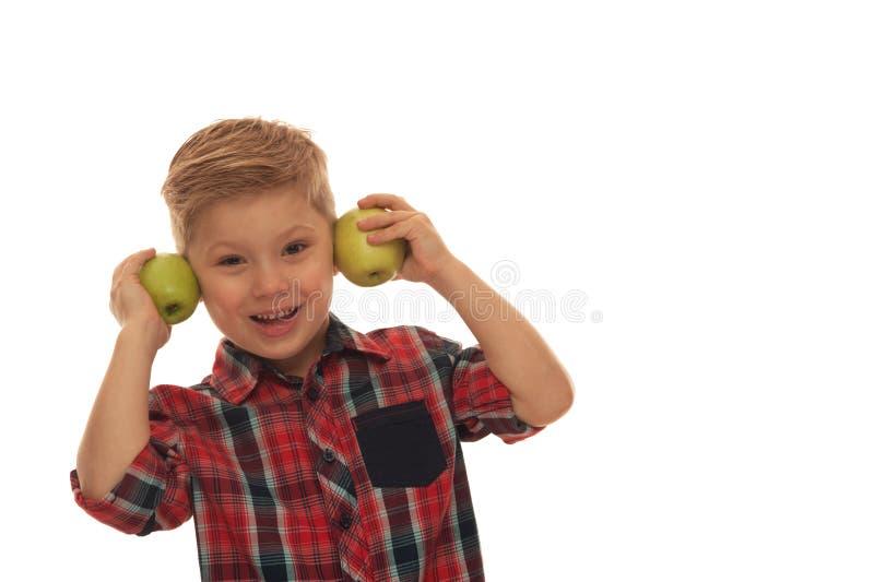 Λίγο θετικό χαριτωμένο αγόρι σε ένα κόκκινο ελεγμένο πουκάμισο στοκ εικόνες με δικαίωμα ελεύθερης χρήσης
