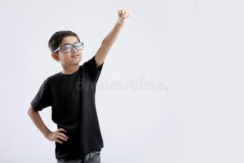 λίγο ινδικό αγόρι σε έναν υπεράνθρωπο θέτει στοκ εικόνες