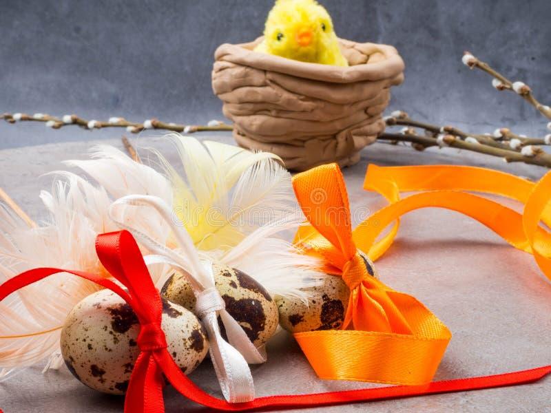 Λίγο κίτρινο κοτόπουλο παιχνιδιών και τα αυγά Πάσχας εσύνδεσαν τα τόξα με την κορδέλλα, διάστημα αντιγράφων στοκ φωτογραφία με δικαίωμα ελεύθερης χρήσης