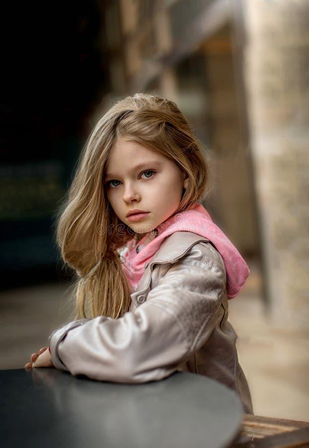 Λίγο κορίτσι με τα μακριά ξανθά μαλλιά στοκ φωτογραφία με δικαίωμα ελεύθερης χρήσης