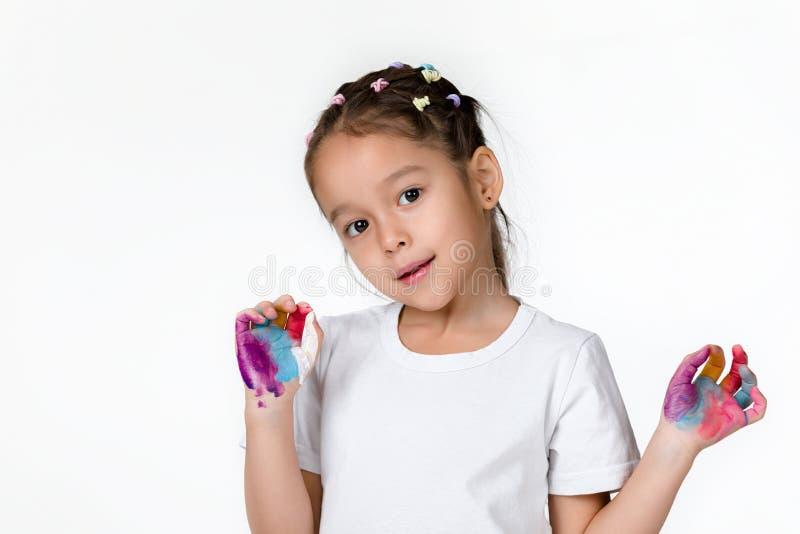 Λίγο κορίτσι παιδιών με τα χέρια χρωμάτισε στο ζωηρόχρωμο χρώμα στοκ φωτογραφίες