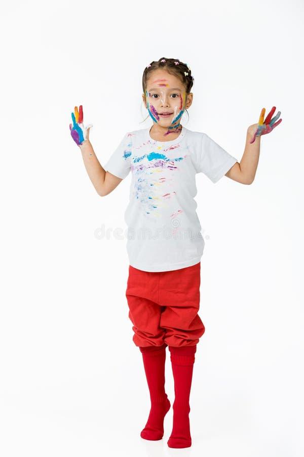 Λίγο κορίτσι παιδιών με τα χέρια χρωμάτισε στο ζωηρόχρωμο χρώμα στοκ εικόνες με δικαίωμα ελεύθερης χρήσης