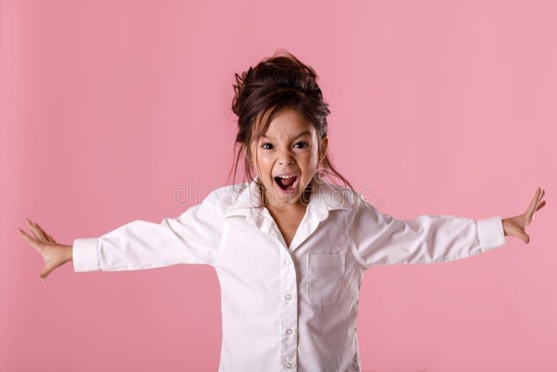 0 λίγο κορίτσι παιδιών στο άσπρο πουκάμισο με το hairstyle στοκ εικόνες