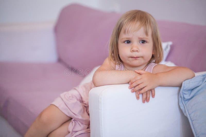Λίγο κορίτσι παιδιών στο σπίτι στοκ εικόνα με δικαίωμα ελεύθερης χρήσης