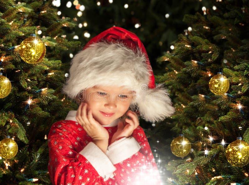 Λίγο κορίτσι Χριστουγέννων που περιμένει το θαύμα στοκ εικόνες με δικαίωμα ελεύθερης χρήσης