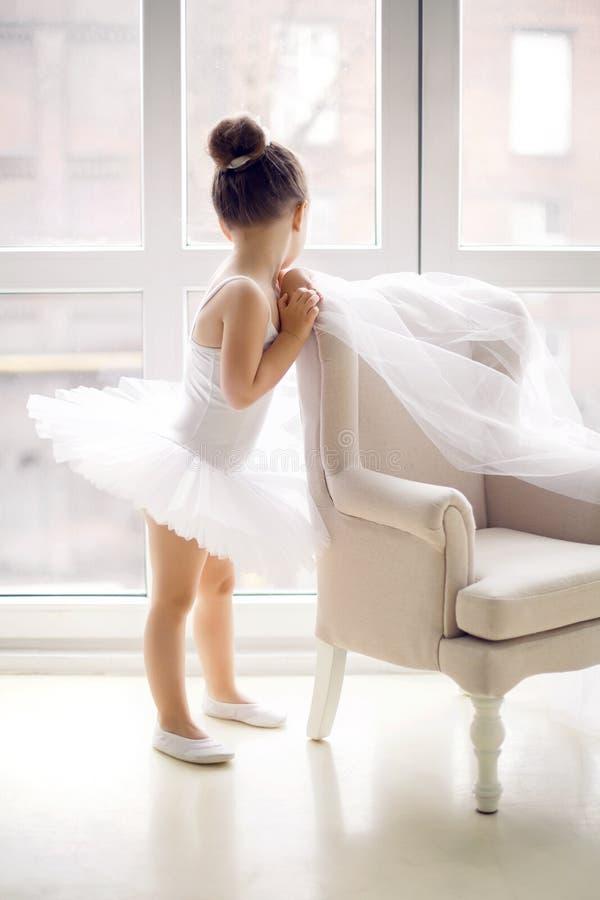 Λίγο κορίτσι ballerina 2 έτη στο στούντιο στοκ εικόνες