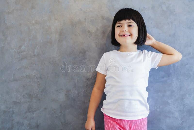 Λίγο κορίτσι blackhair από τον τοίχο στοκ εικόνες