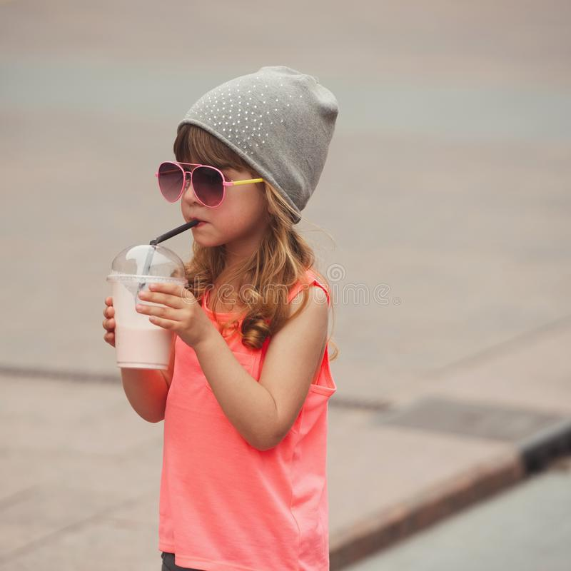 Λίγο κορίτσι hipster με το coctail στοκ εικόνες με δικαίωμα ελεύθερης χρήσης