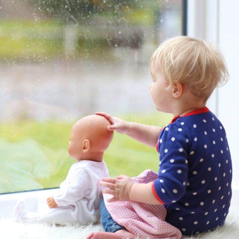 Λίγο κορίτσι preschooler που παίζει με την κούκλα στοκ φωτογραφίες
