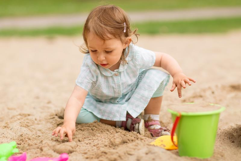 Λίγο κοριτσάκι παίζει με τα παιχνίδια στο Sandbox στοκ φωτογραφίες με δικαίωμα ελεύθερης χρήσης