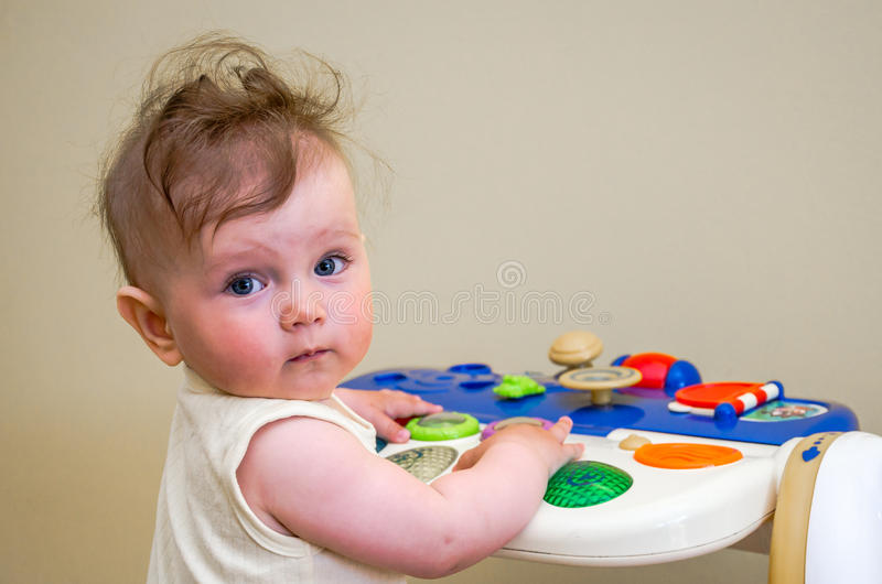 Λίγο κοριτσάκι που παίζει σε ένα πιάνο παιχνιδιών στοκ φωτογραφία με δικαίωμα ελεύθερης χρήσης