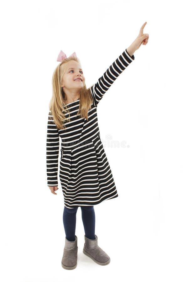 Λίγο κοριτσάκι που παρουσιάζει κάτι που δείχνει με το δάχτυλο στοκ φωτογραφία με δικαίωμα ελεύθερης χρήσης