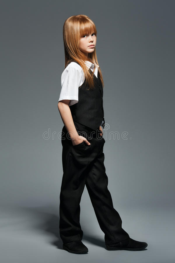 Λίγο μοντέρνο κορίτσι στο μαύρο κοστούμι στοκ φωτογραφίες με δικαίωμα ελεύθερης χρήσης