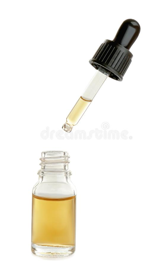 Λίγο μπουκάλι με το ουσιαστικό πετρέλαιο και dropper στο λευκό στοκ φωτογραφία με δικαίωμα ελεύθερης χρήσης