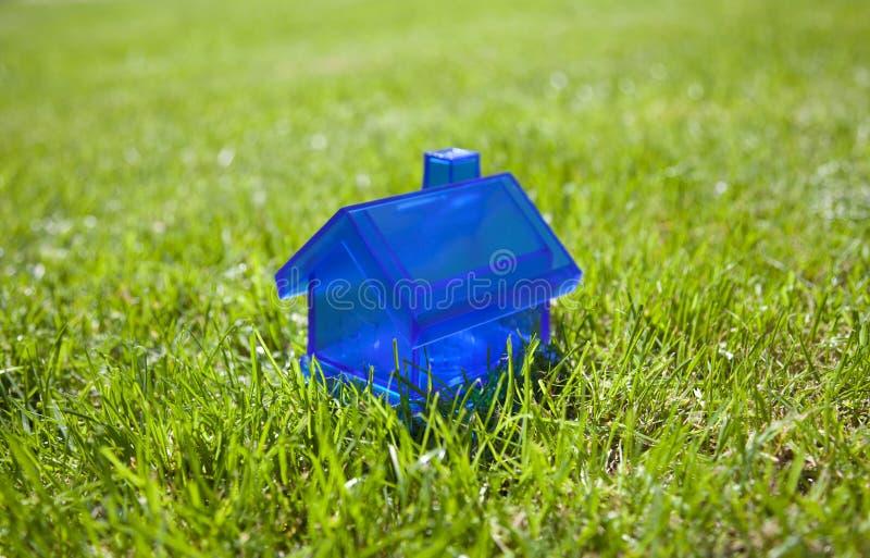 Λίγο μπλε σπίτι στη χλόη στοκ φωτογραφία με δικαίωμα ελεύθερης χρήσης
