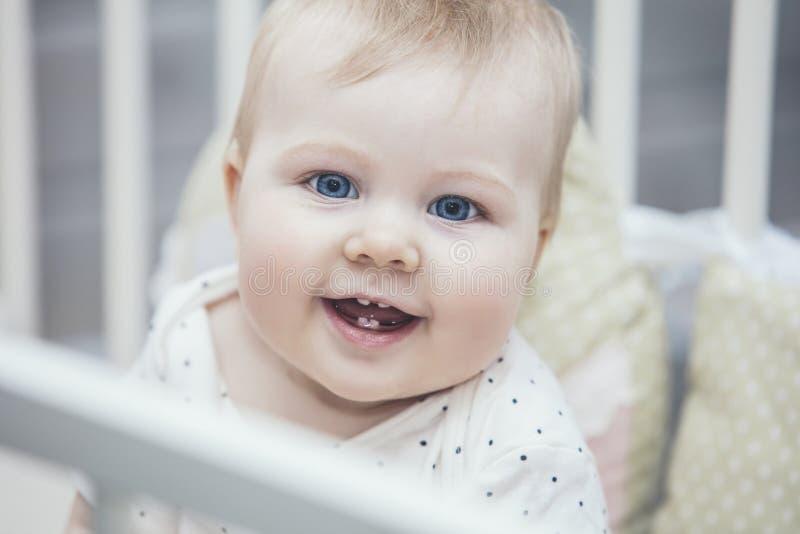 Λίγο μωρό είναι στο παχνί ξύπνησε το πρωί και το χαμόγελο στοκ φωτογραφίες