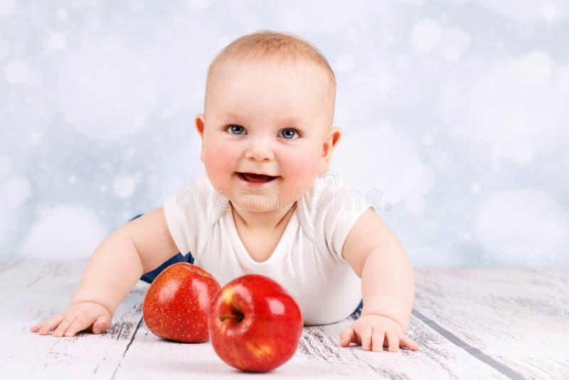 Λίγο μωρό με τα μήλα στοκ φωτογραφία με δικαίωμα ελεύθερης χρήσης