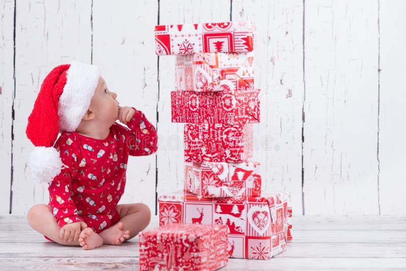 Λίγο μωρό Χριστουγέννων με τον πύργο δώρων στοκ φωτογραφίες με δικαίωμα ελεύθερης χρήσης