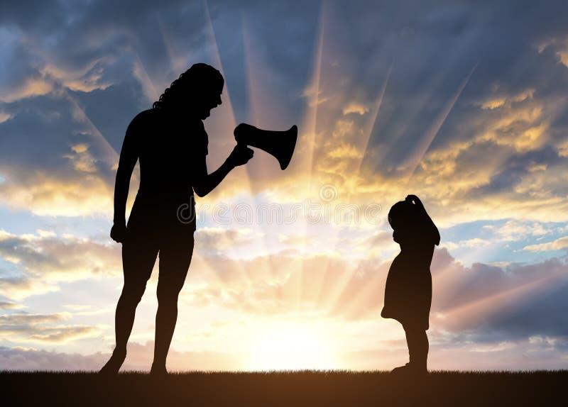 Λίγο να φωνάξει στάσης κοριτσιών και η μητέρα της που φωνάζουν σε την στο μεγάφωνο στοκ εικόνες