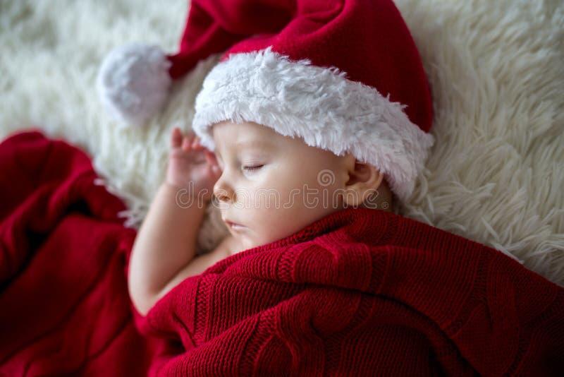 Λίγο νεογέννητο αγοράκι ύπνου, που φορά το καπέλο Santa στοκ εικόνες