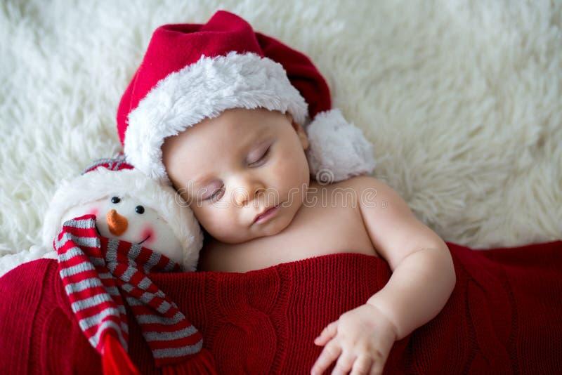 Λίγο νεογέννητο αγοράκι ύπνου, που φορά το καπέλο Santa στοκ φωτογραφίες με δικαίωμα ελεύθερης χρήσης