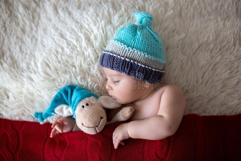 Λίγο νεογέννητο αγοράκι ύπνου, που φορά το καπέλο Santa στοκ εικόνες με δικαίωμα ελεύθερης χρήσης