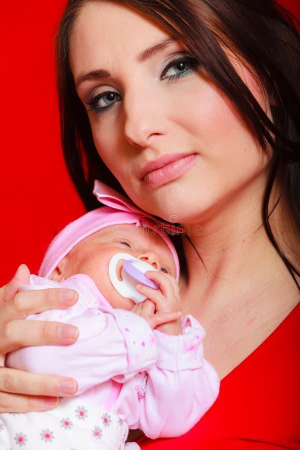 Λίγο νεογέννητο μωρό που βρίσκεται στο στήθος μητέρων στοκ φωτογραφίες