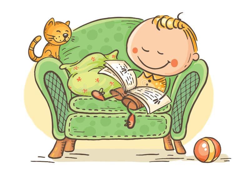 Λίγο παιδί που διαβάζει ένα βιβλίο σε μια πολυθρόνα με τη γάτα του ελεύθερη απεικόνιση δικαιώματος
