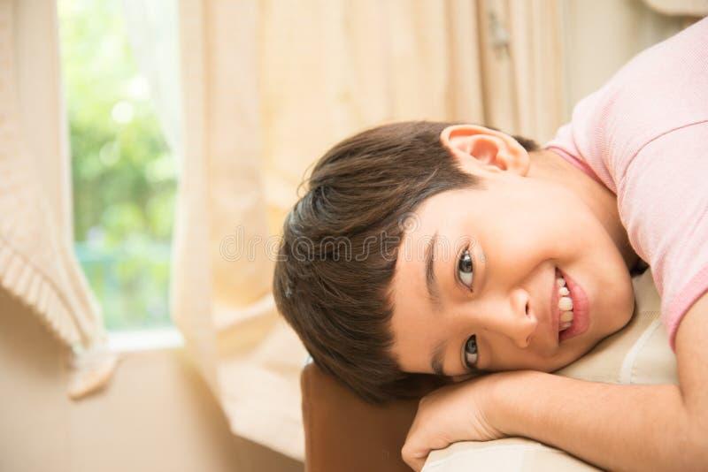 Λίγο ποσοστό μιγμάτων αγοριών αμφιθαλών που γελά με το ευτυχές πρόσωπο στοκ φωτογραφίες