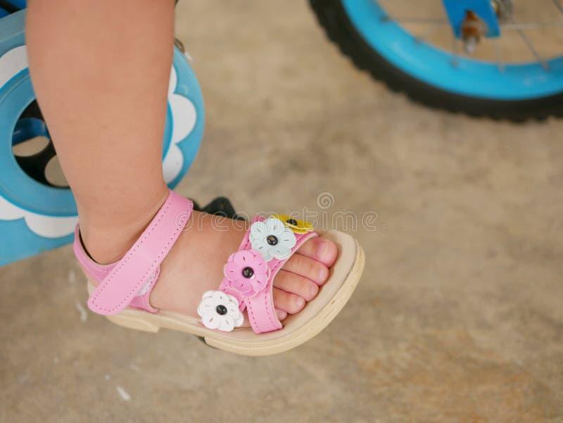 Λίγο πόδι μωρών ` s σε ένα πεντάλι που μαθαίνει να οδηγά ένα ποδήλατο στοκ φωτογραφίες με δικαίωμα ελεύθερης χρήσης
