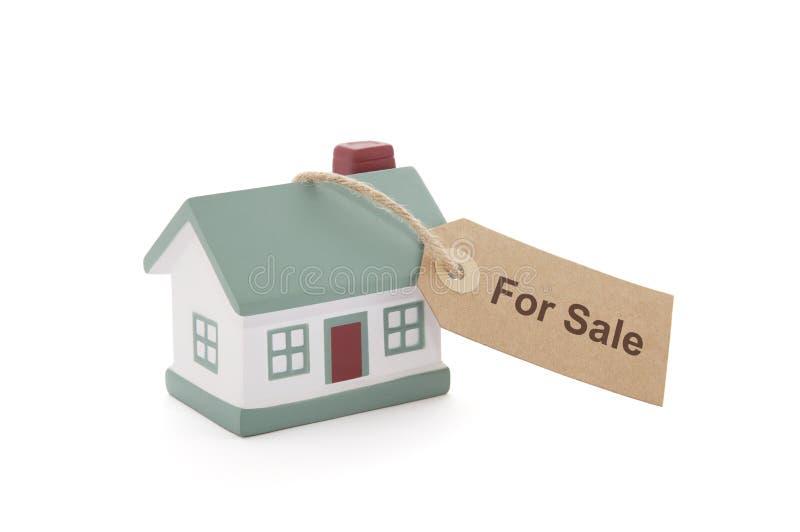 Λίγο σπίτι με για την ετικέττα πώλησης έδεσε με τη σειρά στοκ φωτογραφία